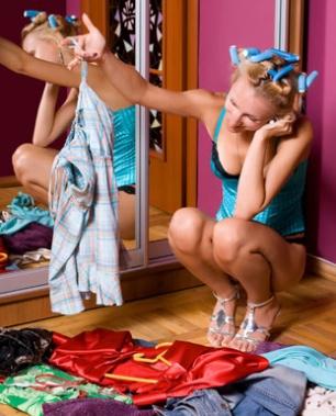 Jeune femme observant ses vêtements sur le sol