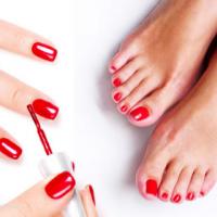 Pose de vernis rouge ongles de pieds et mains