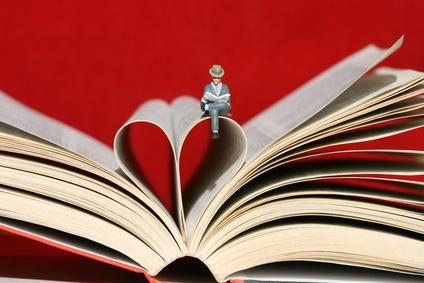 Livre ouvert avec des pages en forme de coeur
