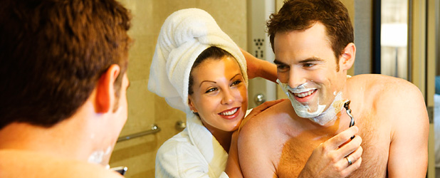 Un couple se prépare dans la salle de bain