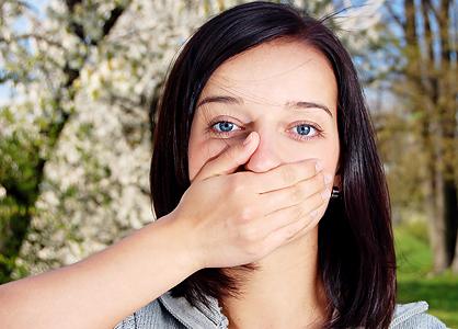 Femme qui met sa main sur sa bouche_conseil en image_relooking