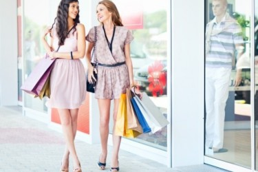 deux amies font du shopping en ville