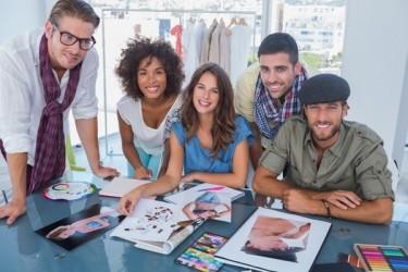groupe de jeunes branchés avec des planches de style sur la table