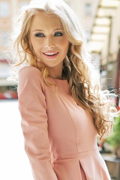 jeune femme blonde portant une robe rose thé