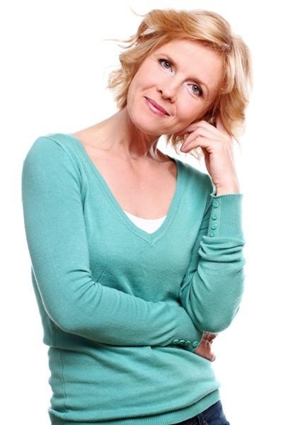 femme blonde avec un pull vert bleuté