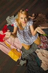 femme perdue au milieu de ses vêtements étalés par terre