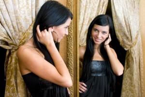 Relooking ou conseil en image - femme brune se reflète dans un miroir