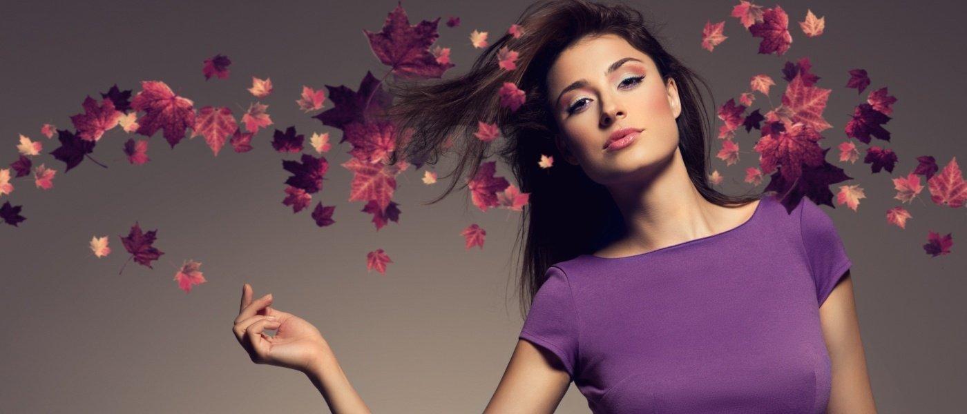 femme avec top violet et décor feuilles d'automne