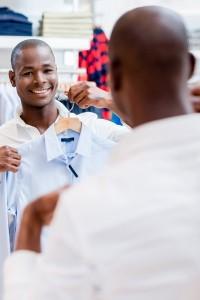 homme qui passe une chemise sous son visage dans le miroir