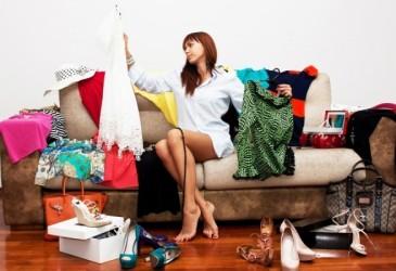 femme triant ses vêtements sur un canapé