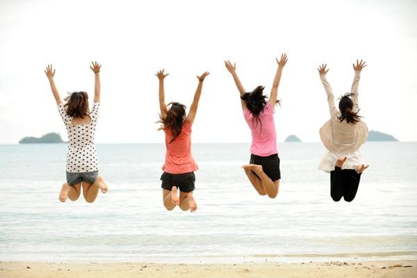 4 femmes sautant devant la mer epxrimant la confiance en soi