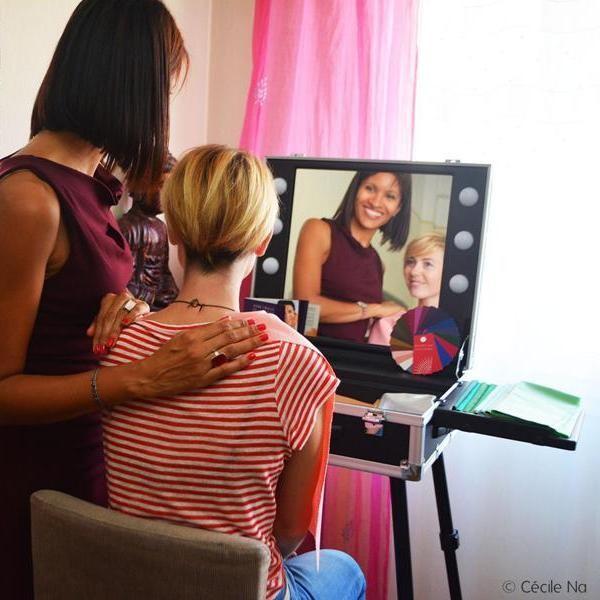 Cécile Na en séance colorimétrique avec Pascale, coach en image