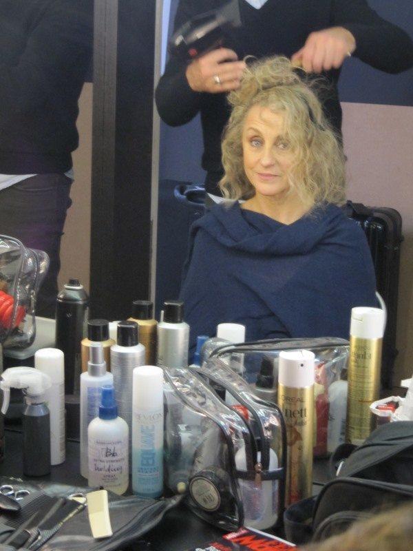 Pascale se fait coiffer pour la séance photo relooking couleurs