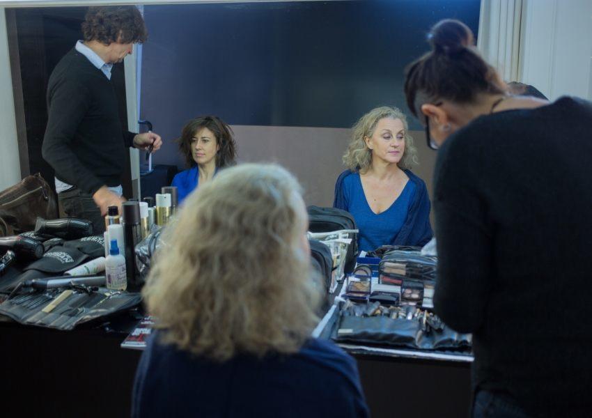 Marylène et Pascale se font coiffer et maquiller avant la séance photo relooking couleurs