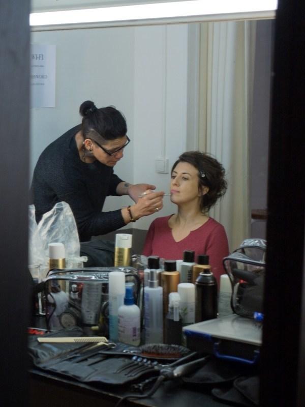 Marylène se fait maquiller pour la séance photo relooking couleurs
