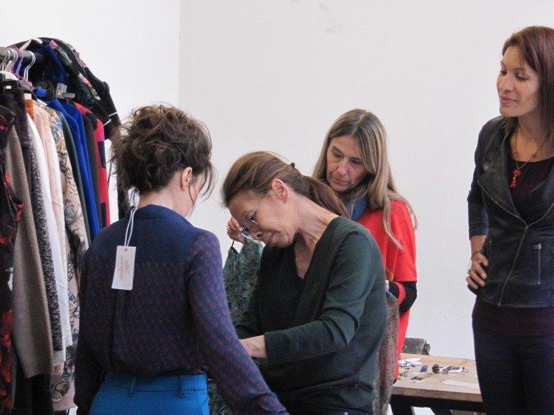 Marylène est habillée par la styliste pour la séance photo relooking couleurs