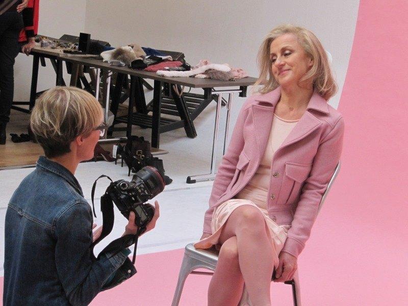 La photographe conseille Pascale pour poser devant l'objectif