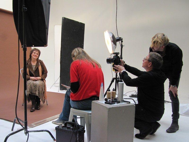 Nadine en pleine séance vidéo pour le relooking couleurs interviewée par la rédactrice adjointe photo