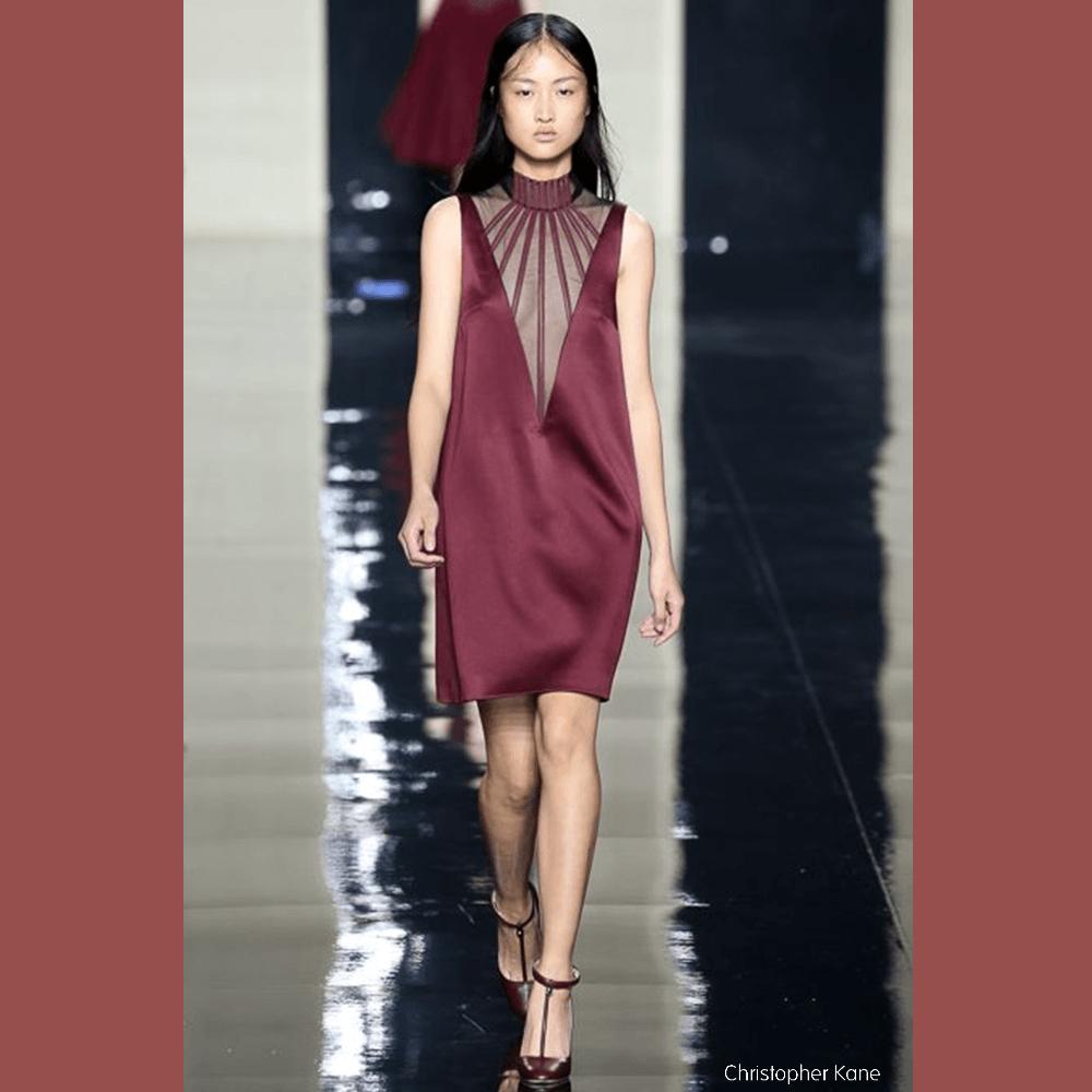 Modèle portant une robe Christopher Kane collection été 2015