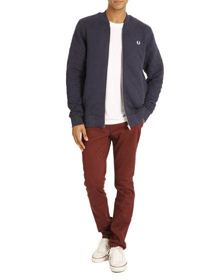 Homme portant un pantalon chino couleur Marsala Eleven Paris