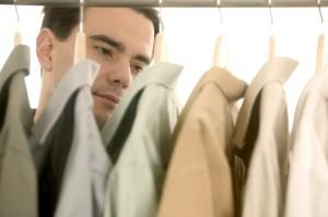 homme qui cherche une chemise