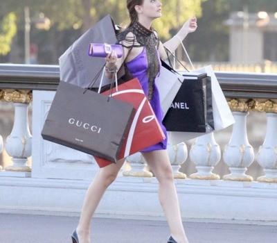 Femme dans la rue qui fait du shopping