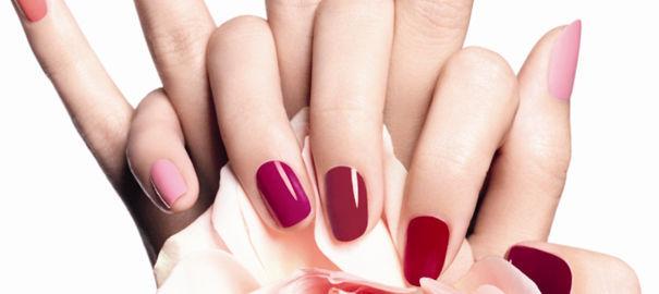 ongles vernis de différentes couleurs