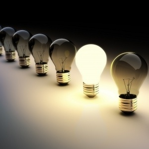 ampoule lumineuse parmi ampoules éteintes