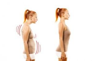 Mauvaise et bonne posture d'une jeune femme vue de profil