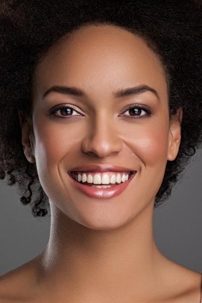 belle femme souriante peau colorée maquillée