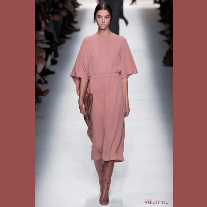 Mannequin portant une robe Marsala clair Valentino, défilé automne 2014
