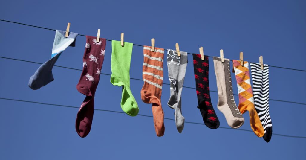 Chaussettes orphelines sur corde à linge - chaussettes écoresponsables