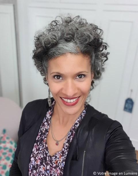 Pascale Loko - J'ose laisser pousser mes cheveux blancs-gris
