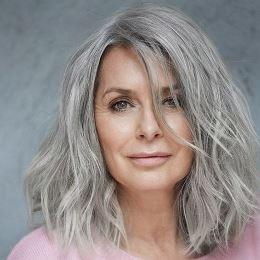 Cheveux gris mi-longs