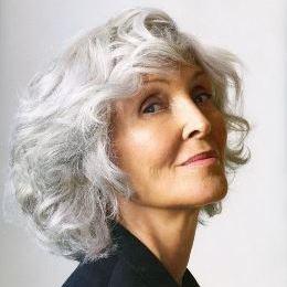 Coupe mi-longue - assumez vos cheveux blancs