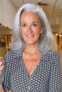 Tatiana de Rosnay porte les cheveux blancs